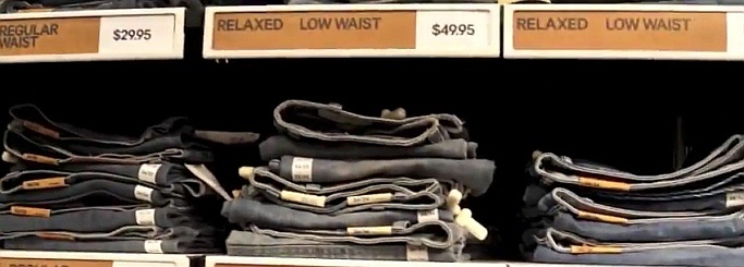 Ein typisches Jeansregal in einem Geschäft
