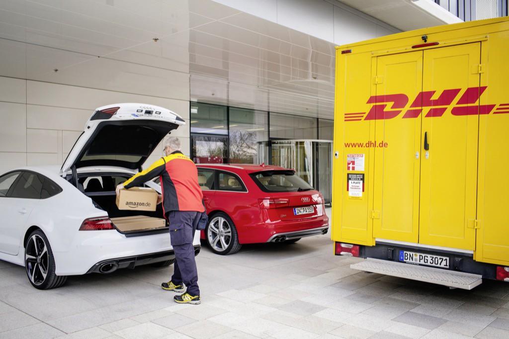 Audi entwickelt mit den Kooperationspartnern DHL Paket und Amazon einen innovativen Logistik-Service: die Paketzustellung in den Kofferraum. Die Teilnehmer eines Pilotprojekts koennen ab Mai Audi connect easy delivery erstmals nutzen. Dabei bringt Audi eine temporaere schluessellose Zugangsberechtigung fuer den Gepaeckraum zum Einsatz.