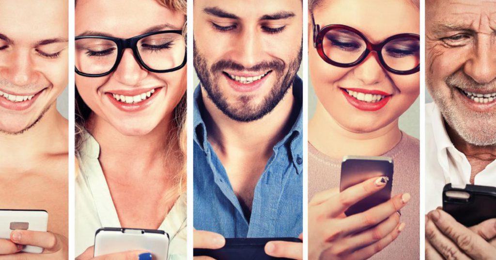 menschen schauen auf smartphones