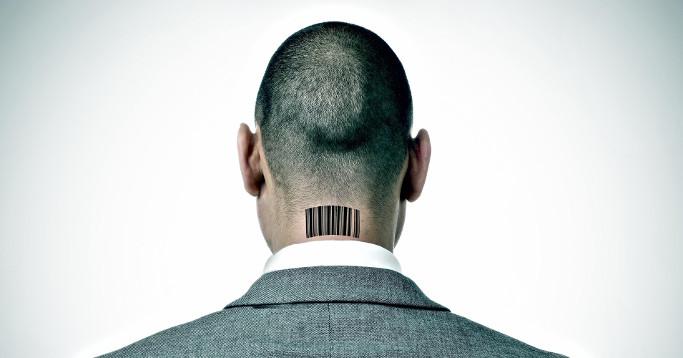 mann mit barcode im nacken