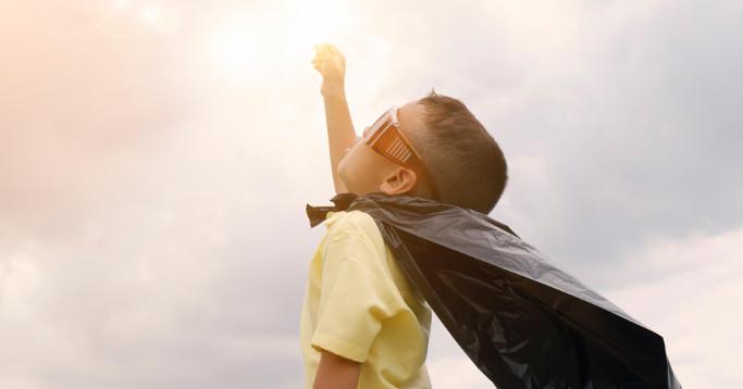 junge mit cap eund sonnenbrille superheld