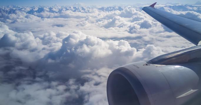 flugzeug fenster mit aussicht wolken