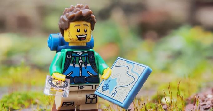 lego hiker mit kompass und karte