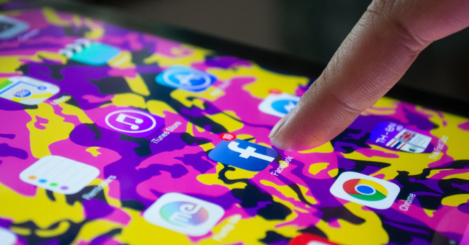 smartphone screen lila, gelb mix mit facebook icon