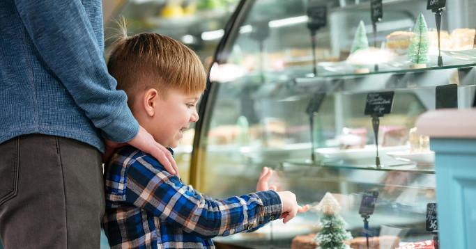 Junge zeigt auf Süßigkeiten