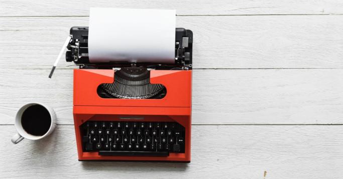 Schreibmaschine und Kaffee