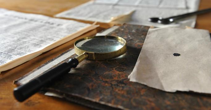 Lupe und altes Papier