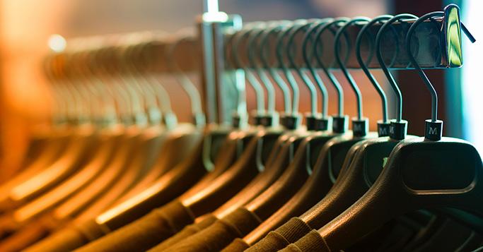 Kleider angeordnet