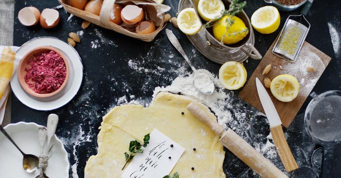 backzutaten, eier, zitronen, küchentisch