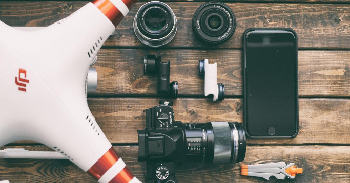 Drohne, Kamera, Linse, Handy auf Holz