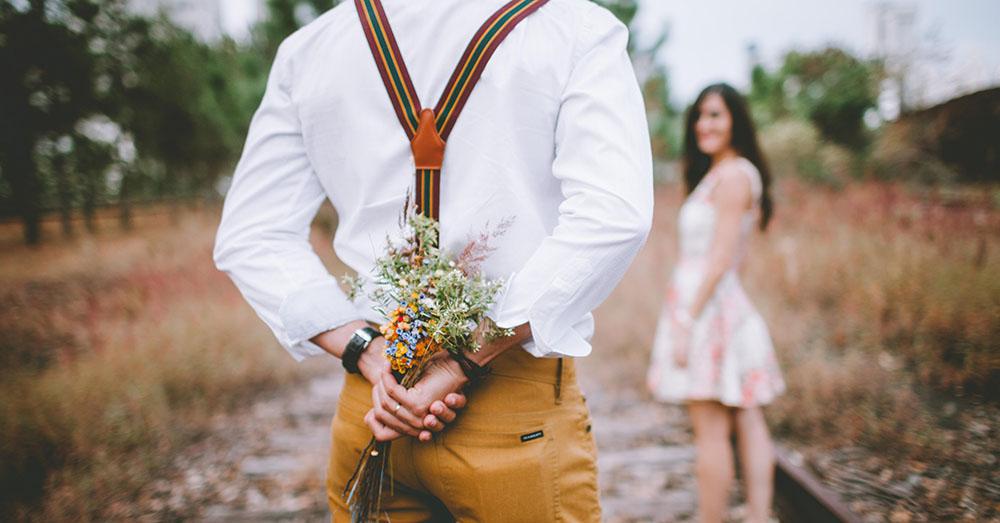 Mann mit Blumen und Frau