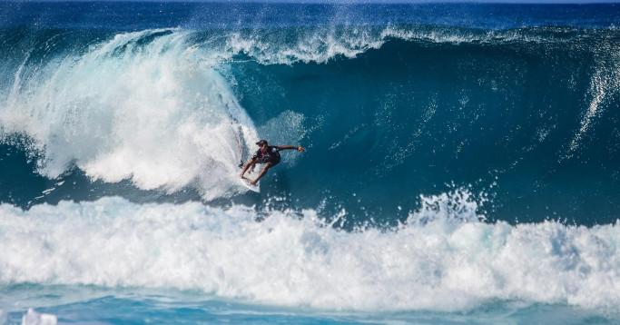 Surfer unter Riesenwelle