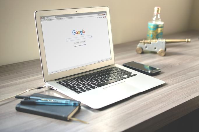Google Chrome Netzfund Geburtstag Birthday, Laptop auf einem Schreibtisch, Macbook Air