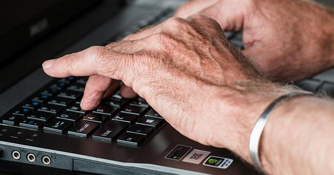Hand am Computer