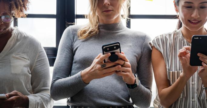 drei Mädels mit Smartphone