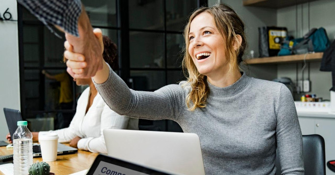 frau im büro, handshake über laptop