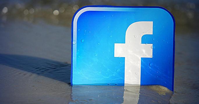 Facebook Logo im Sand