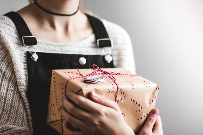 frau, geschenk, paket