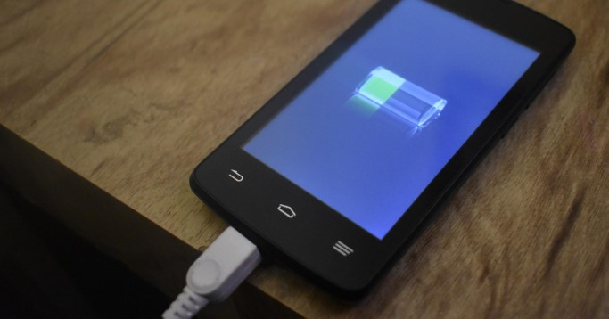Smartphone mit Ladekabel