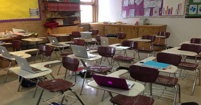 Macs auf Schreibtisch Klassenzimmer