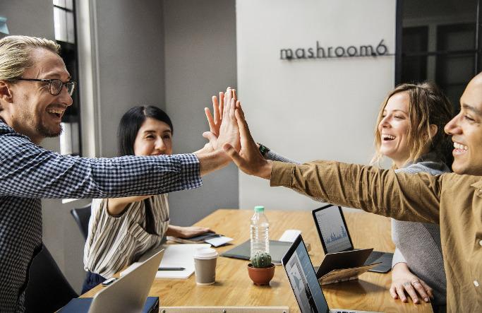 New Work zufriedene Mitarbeiter high five