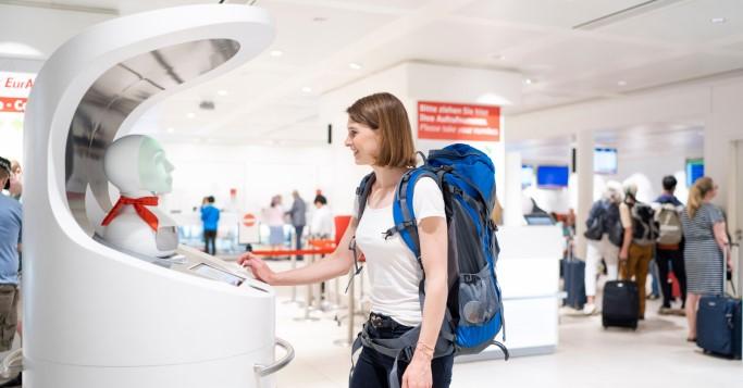 Reisende interagiert mit dem Roboter Semmi.