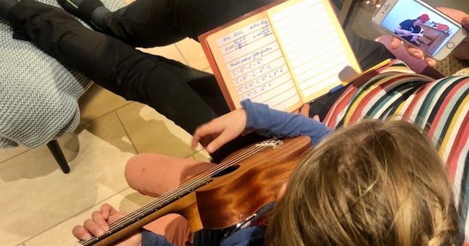 Jena lernt Ukulele mit Youtube